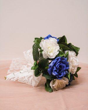 Булчински букет в синьо и бяло