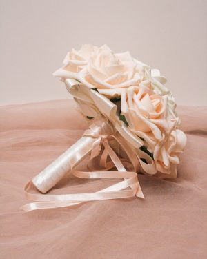 Булчински букет в бяло и нежно розово