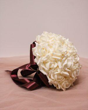 Булчински букет с бели рози и бордо