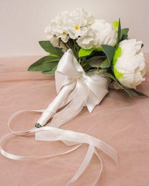 Булчински букет с божури в бяло